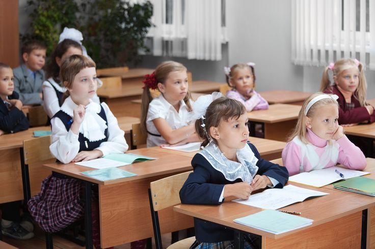 Cu toții din generația actuală de părinți de școlari, am crescut știind doar despre învățământul clasic, la școala generală, apoi la gimnaziu și, în fine, la liceu … Doar că astăzi, vremurile s-au schimbat inevitabil, și avem la îndemână, pentru proprii copii, o ofertă mai bogată, de unde să alegem. Așadar, dacă ne-am decis să ne educăm copilul altfel, pentru ce optăm – tradiţional sau alternativ?