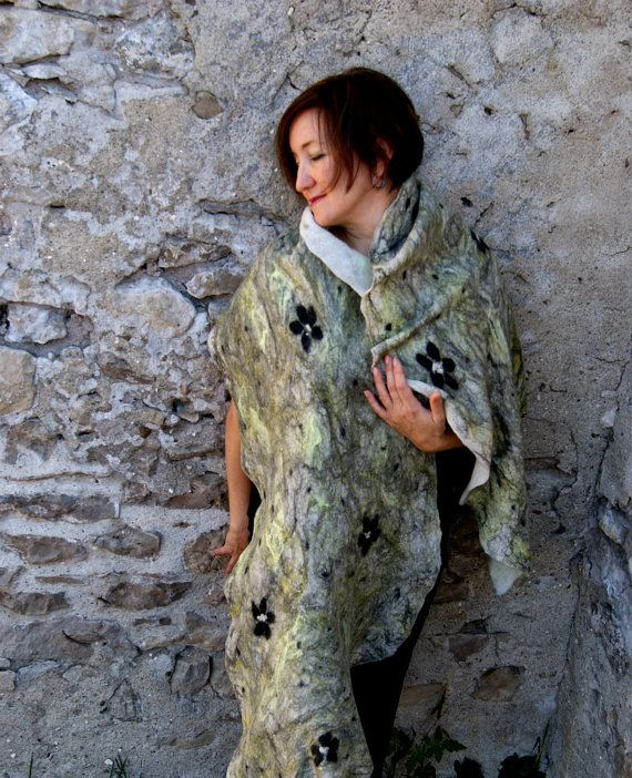 Felted sjaal Felted omslagdoek witte sjaal zwart wollen omslagdoek gele Wrap wollen sjaal – oorspronkelijke ontwerp, zeer mooie en luxe model!  Deze mooie en lichte Gevilte sjaal met rijke kleuren en textuur zal geven uw kledingstuk mooi accent. Houd jezelf warm & chique alle seizoenen; Deze Gevilte sjaal krijgt u mooie opvallende verschijning.  Gevilte omslagdoek - hand-vilten met een traditionele vilten techniek met biologische zeep uit fijne merinoswol en ingericht met natuurlijke zijd...