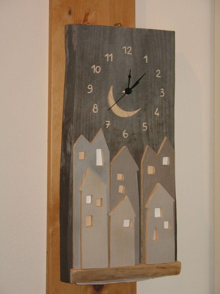 Orologio in larice di Tonezza con applicazioni in abete...