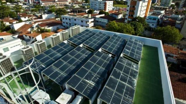Muitos exemplos recentes em empreendimentos, como o teto do hotel Verdegreen formado por painéis de captação de energia solar  (energia fotovoltaica) para aquecer a água refletem a preocupação urgente com a sustentabilidade do planeta.