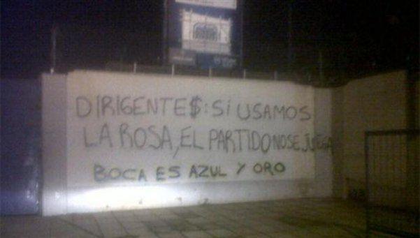 """Aparecieron nuevas pintadas en La Boca. Las paredes de la Bombonera aparecieron con la consigna """"dirigente$: si usamos la rosa, el partido no se juega. Boca es azul y oro"""" http://www.diariopopular.com.ar/c171629"""