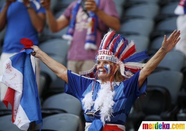 Wanita tua bersorak ria dan siap mendukung penuh tim kesayangannya berlaga melawan Inggris, Senin (11/6), di Stadion Donbass Arena, Donetsk.