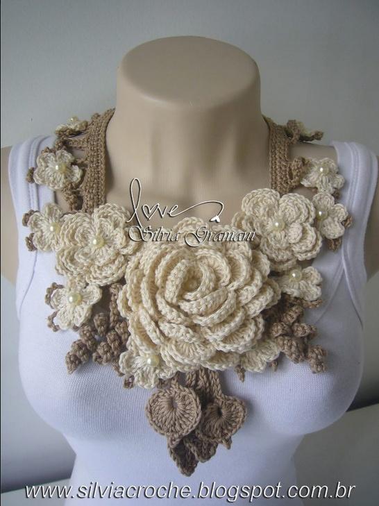 Collar de rosas tejidos