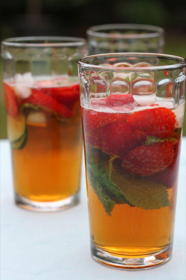 bereiden: Vul de glazen kan voor de helft met ijs. Giet de Pimm's in de kan en doe de komkommer, aardbeien, munt en citroen erbij. Vul aan met de helft Ginger Ale en de helft limonade. serveren: Roer de punch goed door en dien op in hoge glazen met een schijfje komkommer, een muntblaadje en een aardbei.