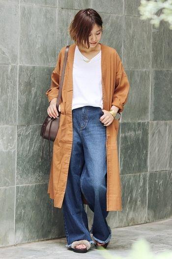 テラコッタのシャツワンピを羽織った、秋先取りののデニムスタイル。裾がフリンジされたワイドデニムパンツを合わせてトレンドのボヘミアンな雰囲気に♪