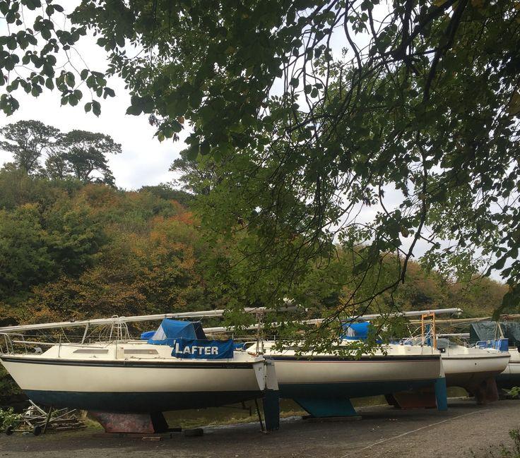 Balıkçı tekneleri ve gezinti tekneleri nehrin ağzından karaya çekilmişler. Cramond yelken klübü ayrıca her seviyede eğitim ve etkinlik de hazırlıyor.