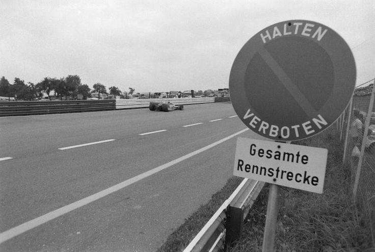 Erinnerungen an 50 Jahre Formel 1 in Spielberg: Von 1970 bis 1987 wurden regelmäßig Formel-1-Rennen auf dem 1969 fertiggestellten Österreichring auf dem Gelände der Gemeinden Spielberg und Flatschach ausgetragen. Die Strecke hatte anfangs eine Länge von 5,911 km und wurde 1977 durch den Einbau einer Schikane als Reaktion auf den tödlichen Unfall von Mark Donohue 1975 auf 5,942 km verlängert. (Bild: Schaadfoto/WEREK)