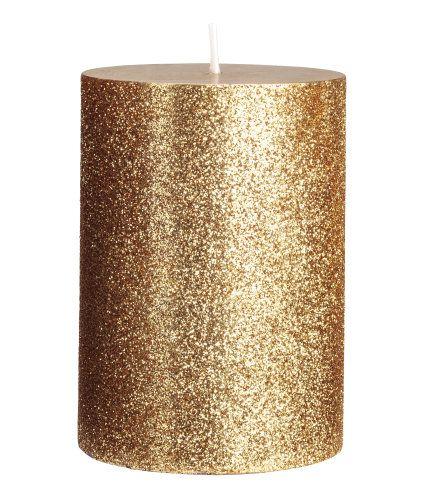 Gull/Glitter. Et lite kubbelys i parafin og voks med glitrende overflate. Diameter 7 cm, høyde 10 cm. Brennetid 25 timer.