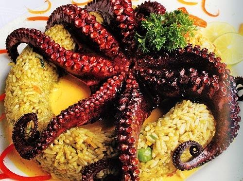 Acapulco cuenta con una gran diversidad de restaurantes sobre la Avenida Costera Miguel Alemán en donde el turismo puede apreciar la comida típica regional; una parte de la gastronomía acapulqueña se puede saborear en el Mercado Central ubicado a un costado de la vía rápida Diego Hurtado de Mendoza