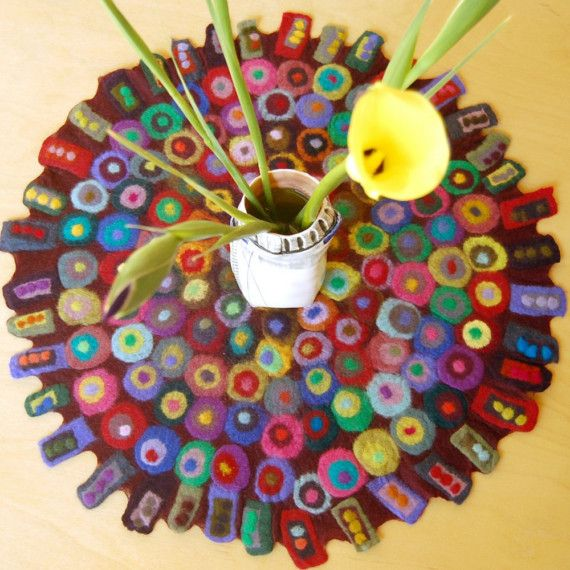 large round table runner with lots of dots por karenthurmandesign