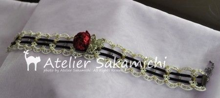 とうとう、シルクリボンでつくった タティングレースの薔薇のチョーカーが完成しました。    薔薇のモチーフ・・・使用糸は、薔薇のお花はリボン刺繍...