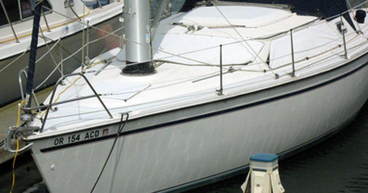 """Como consertar um velocímetro de barco. O tipo de velocímetro de barco mais comum tem um tubo (chamado de """"tubo piloto"""") que conduz para a parte de trás do gio ou através da unidade inferior do motor externo. Quando o barco está em movimento, a água flui para dentro deste tubo, comprimindo o ar de dentro dele. Enquanto o ar dentro do tubo é comprimido, a água move a agulha do ..."""