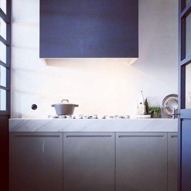 Modernt men gediget, rena linjer men med detaljer som sticker ut, smarta lösningar men väl dolda, karaktär men inte skrikigt, matlagningsLEAN men med värme...K Ö K S D R Ö M M A R...för en inredningstok..😉 Trevlig fredag!🌟 Source Pinterest.. #kök#köksinspiration#köksinspo#kitchen#contemporarykitchen#inredning#inredningsinspo#modernakök#greykitchens#inredningstok#junibacken