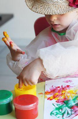 Peinture aux doigts – Activité d'éveil | jouonsensemble Peindre avec ses doigts est une activité qui développe l'imagination, la créativité et la dextérité des petits. L'enfant va découvrir une texture inhabituelle et jouer avec la matière. Il pourra s'exprimer librement et laisser libre court a son imagination.