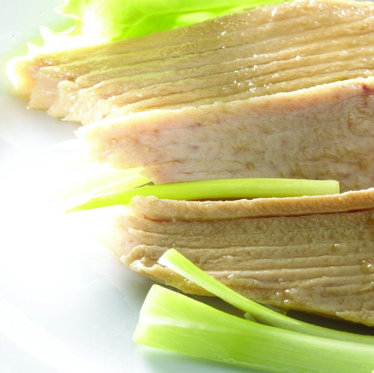 Ventresca de Atún Claro Campos en Aceite de Oliva, la parte más jugosa, sabrosa y apreciada, ideal para las ensaladas más exquisitas.
