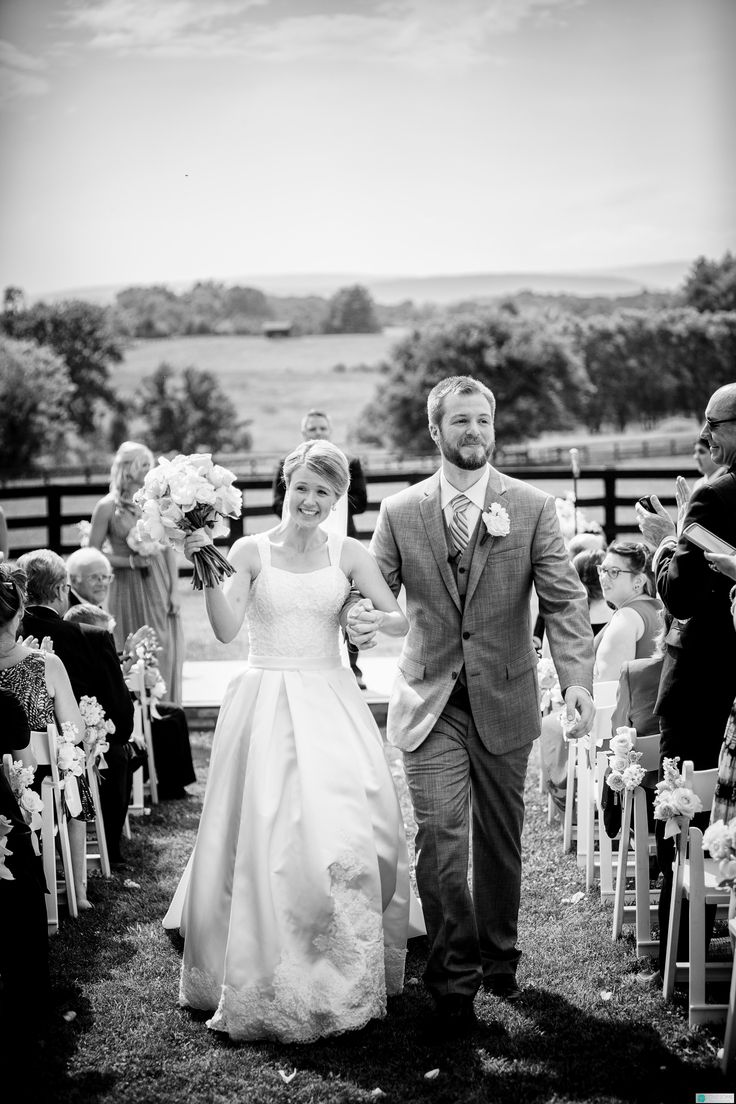 Country style lace wedding dress  A gorgeous tulle wedding dress with poofy skirt Perfect for the