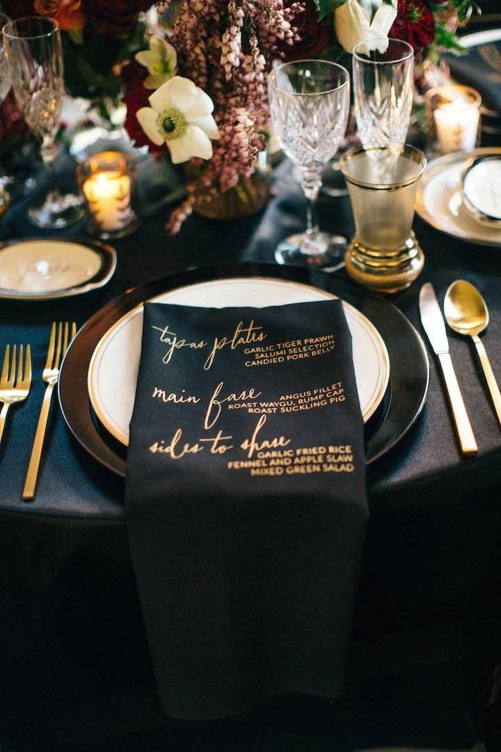 黒とゴールドの落ち着いた雰囲気は冬にぴったり☆ 冬の結婚式のメニュー表アイデア。