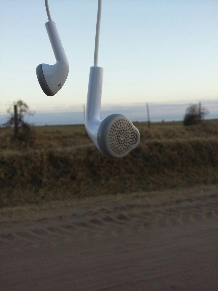 Dia 2 (Villa Huidobro) Foto: Anxbela  [Lo mejor que pudieron inventar,estar tranquilo en el medió del campo escuchando música sin que nadie interrumpa ese momento 🌞 el paisaje y la música van de la mano]