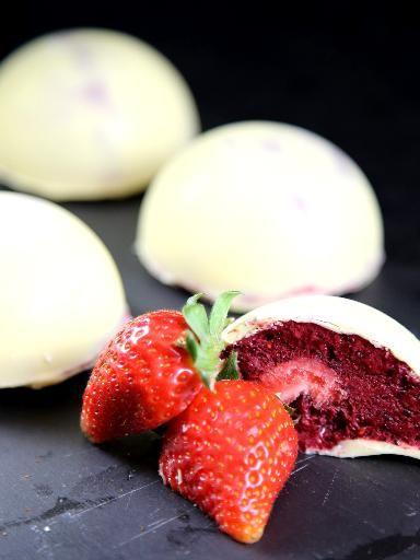 Dme croquant de chocolat blanc  la mousse de fruits rouges et coeur de fraise