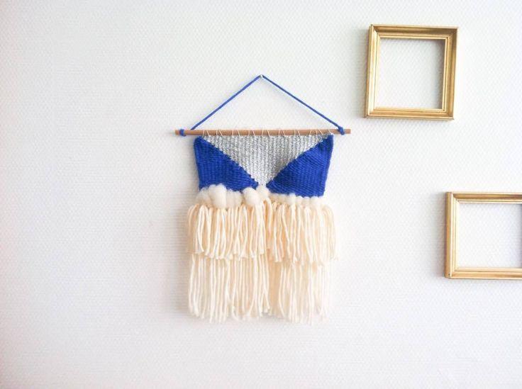 Tissage confectionné entièrement à la main.Matière : laine, fil d'argent, coton, laine cardée, barre en boisCouleurs : écru, navy blue, argent Dimensions : 22x30 cmHandmade with ❤
