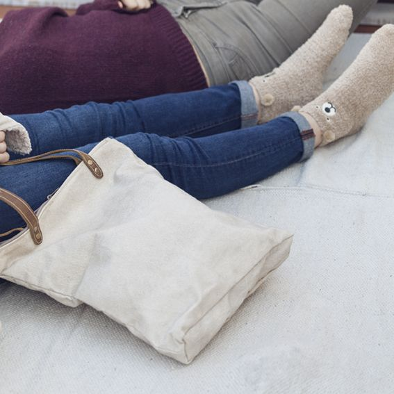 El accesorio perfecto para un día largo y ajetreado: bolso y calcetines de muy mucho #muymucho #bolso #bolsa #calcetines