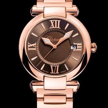IMPERIALE 36 MM de @chopard Tan sport como formal este reloj es el resultado del trabajo artesano de los expertos y el refinamiento más puro de la marca. Hecho completamente de oro rosa de 18 quilates la caja redonda de 36mm resguarda una esfera marrón complementada por las magníficas agujas la fecha los índices y los números romanos -a las 12 tres seis y nueve en punto-; mientras que los cabujones de amatista morados le brindan un toque de color. Precio: 25 mil 140 euros #reloj #tiempo…