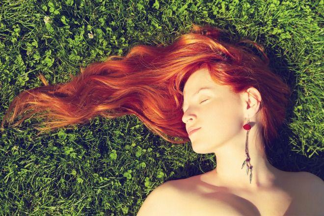 Μικρά καθημερινά μυστικά για να διατηρήσεις το φλογερό χρώμα στα μαλλιά σου.
