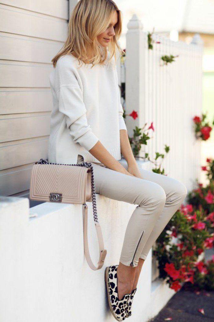pantalon beige femme, blouse blanche, sac bandoulière en cuir beige, chaussures d'été femme