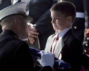8才の少年の父親はイラクでパトロール中に撃たれた。