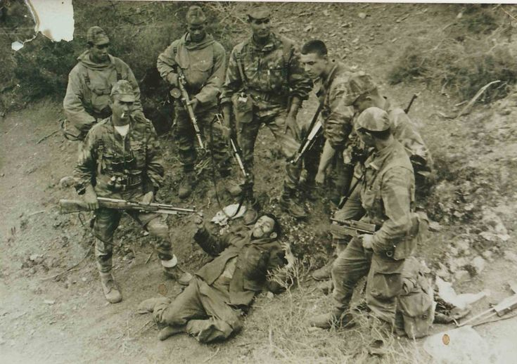 French commandos in Algeria with a captured member of ALN (Ouarsenis, 1961). See the soviet rifle in the hands of the french NCO.