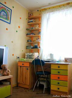Письменный стол в детской. Ящики красили сами