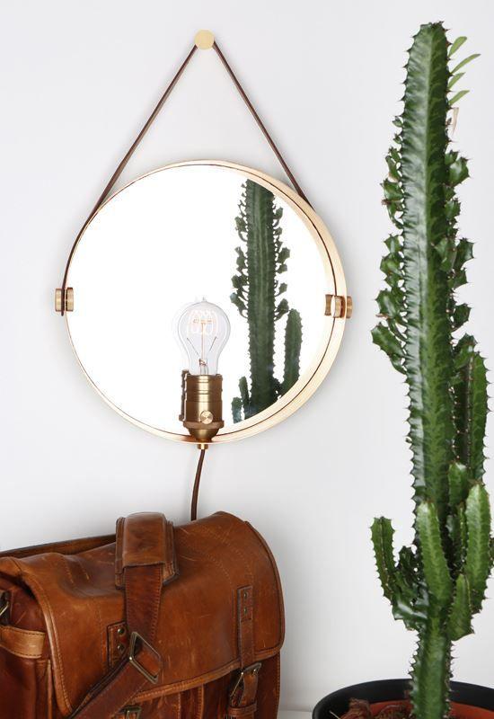 Hangover är en vägglampa och spegel i ett med ett upphäng i kalvskinn. Armaturen har en vridbrytare på lamphållaren. https://buff.ly/2xRX2Xs?utm_content=buffer0f7ed&utm_medium=social&utm_source=pinterest.com&utm_campaign=buffer