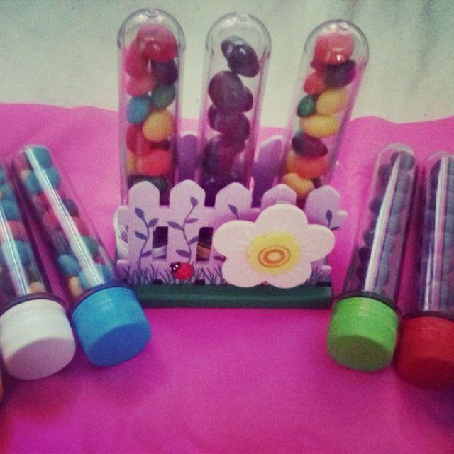 Tubos golosineros de acrílico muy resitente y tapas de colores, ideales como souvenir. ¡Buscanos en Face! :) #golosinas #CandyBar #Souvenirs