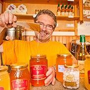 Panier Paysan, une mine d'idées cadeaux de nos producteurs locaux Offrez un panier garni et faîtes découvrir nos bons produits du terroir de Haute-Loire, un cadeau gourmand et responsable !  Charcuterie, terrines, vins, miel et confitures, tous ses bons produits de la ferme sont au panier paysan, magasin de producteurs locaux. Panier Paysan Le Pêcher 43120 MONISTROL-SUR-LOIRE 04 71 66 55 09