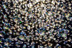 Die kleinen selber gezüchteten Kristalle funkeln im Sonnenlicht.