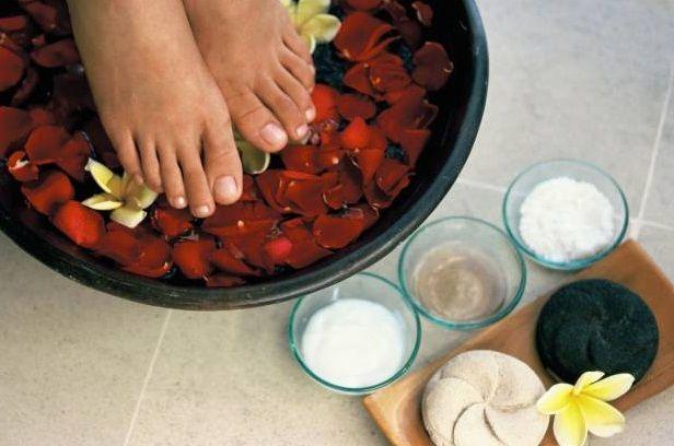 Para relajar los pies cansados luego de un día agitado y lleno de estrés nada mejor que un baño desintoxicante que pueda ayudarte a mejorar la circulación