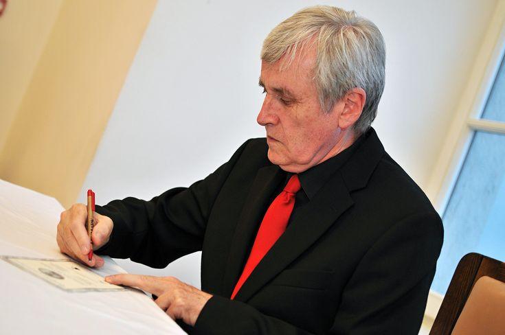Vladimír Oppl - uznávaný sochár a medailér a autor dizajnu pamätné medaily Márie Terézie, ktorú vydala Národná Pokladnica pri príležitosti jej 300. výročia