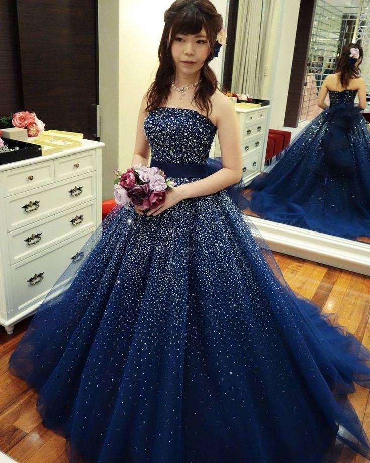. このドレス、upしていなかったけれどかなり好きなドレスです . アンテプリマのビジュードレス . ビジューのついたドレスは幾多とありますが こちらのドレスは、本当にビジューが綺麗なんです! . 引き込まれる深い青に映える銀河のようなきらめきに 心から惹かれました . 私は胸元がストレートのドレスはあまり似合わないのですが こちらは比較的綺麗に着れた気がします . . 本当に素敵なドレス . ただ、何というかいろいろな条件から ちょっとこのドレスの良さを引き出せないんじゃないかなぁ… と思って、候補としては三番手です。 . . デザインはシンプルながら ビジューの質が光る . このドレス本当に好きです . . あー着たい着たい、お気に入りドレス全部着たい! . . . #プレ花嫁 #ドレス迷子 #ドレスレポ #カラードレスレポ #NIKO #二幸 #ウェディングプラザNIKO #カラードレス #お色直し #2着目ドレス #アンテプリマ #ANTEPRIMA #nten_試着レポ_CD #2016秋婚 #海外挙式…