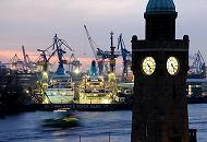 101_4525  Blick von den St. Pauli Landungsbrücken über die Elbe zum Blohm + Voss Dock Elbe 17. Die beiden Passagierschiffe AMADEA und ALBATROSS haben für Wartungsarbeiten in der Hamburger Werft eingedockt. Die Schiffe sind hell angestrahlt - es wird auch nachts an ihnen gearbeitet. Im Vordergrund der Uhrturm / Pegelturm; die Zifferblätter sind erleuchtet.