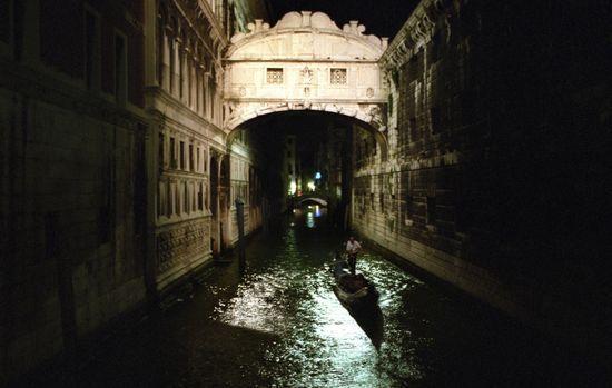 El puente de los suspiros (Venecia, Italia). Dicen que robar un beso al atardecer bajo el puente de los Suspiros de Venecia garantiza el amor eterno y verdadero.