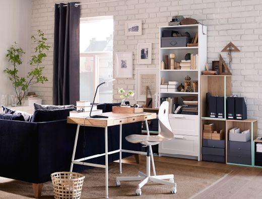 Hjemmekontor på stua, bestående av skrivebord i bambus med hvite stålben, hvit arbeidsstol på hjul og oppbevaring i hvitt og bambus.