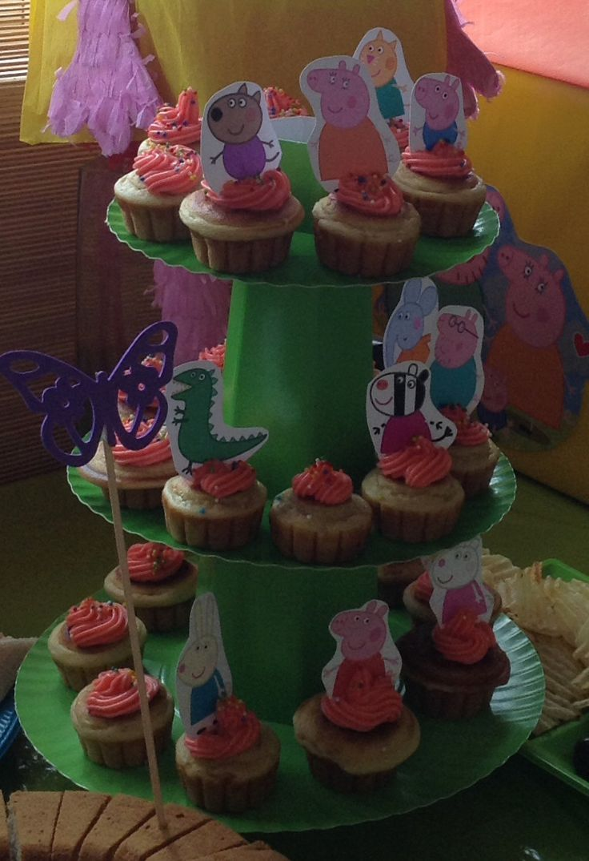 Cupcakes de vainilla con toppers de peppa pig, sin azúcar