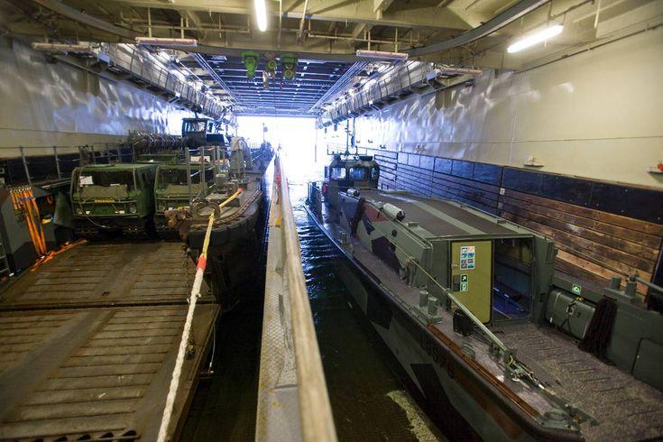 2 LCU's, beladen met onder meer 2 Bandvagn 206-rupsvoertuigen, en een kleiner LCVP-landingsvaartuig in het interne dok van de Rotterdam.