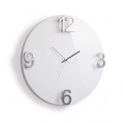 Prosty w formie, a zarazem niezwykle nowoczesny i designerski zegar Elapse! Lakierowany blat wraz z czterema metalowymi cyframi tworzy ciekawe połączenie, które ozdobi ściany Twojego mieszkania i nada im świeżego wyrazu. Zawieś zegar Elapse i spójrz na czas z innej strony! Idealny do salonu, jadalni, czy biura.