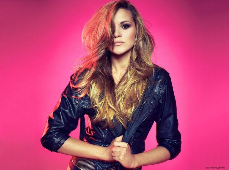 Dominika Gawęda od ponad 10 lat jako wokalistka zespołu Blue Café, z powodzeniem zastępuje Tatianę Okupnik, wnosząc do zespołu nową jako...