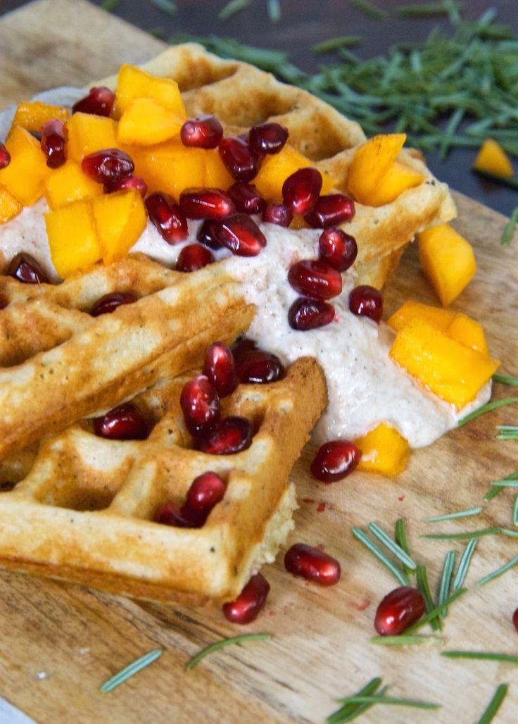 Gluteenittomat kookosvohvelit ja mango-granaattiomenasalsaa