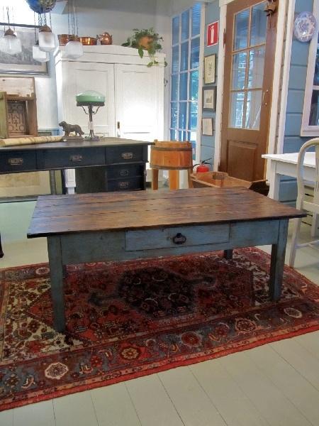 Talonpoikaispöytä kunnostettiin sohvapöydäksi.