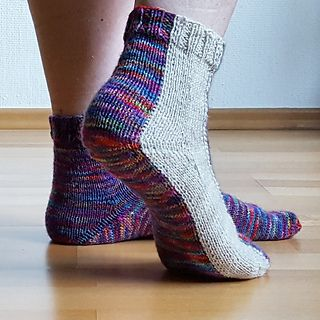 During the last couple of months I have experimented a lot with intarsia in the round - mainly to knit socks. However, I had failed on producing a sock with an uninterrupted intarsia stripe from top to bottom: I had trouble with the CO as well as with the heel. So I was quite pleased when I managed to solve these problems and finished these socks.
