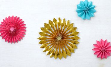 Use the scoring board to craft an intricate rosette perfect for topping a Christmas tree—real or fringe!