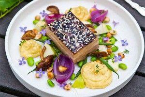 Bakad fläsksida med knaprig svål, palsternackspuré, syltade rödlökshjärtan och hasselnötter - Landleys Kök